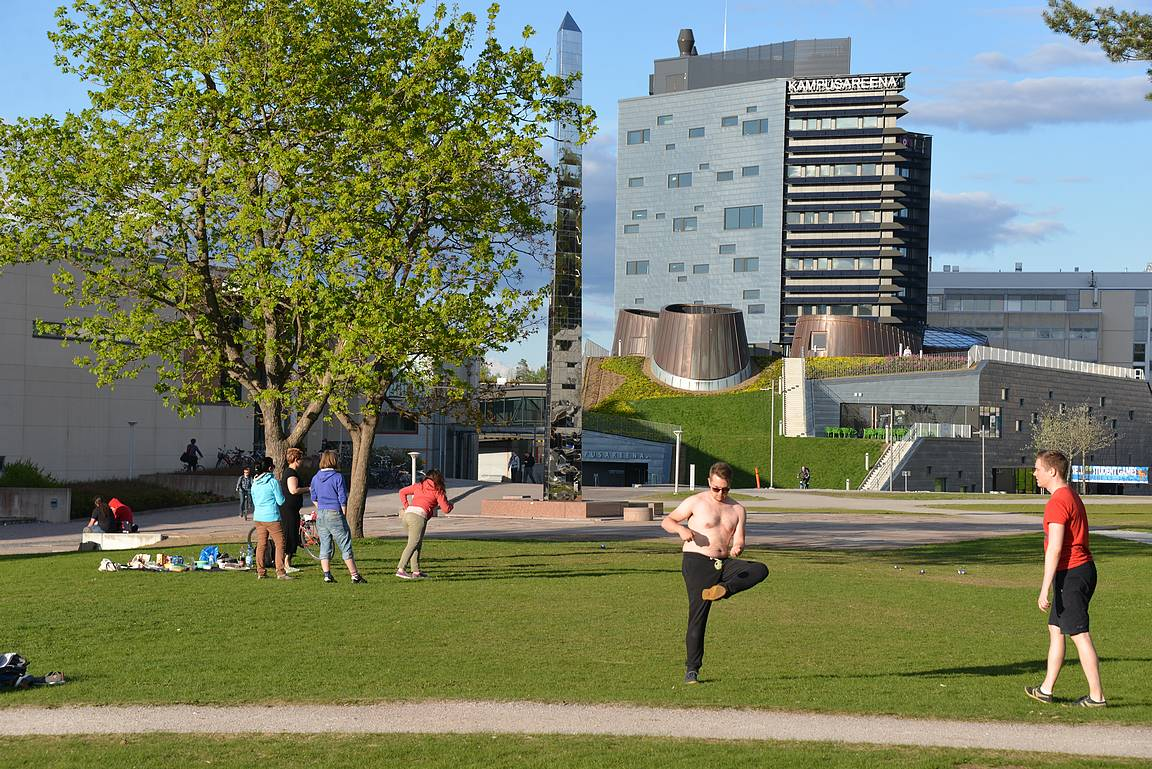 Kampusareena on nykyään Teknillisen Yliopiston maamerkki. Edessä olevalla nurmikentällä on erilaiset pelit pystyssä joka päivä teekkareiden voimin.