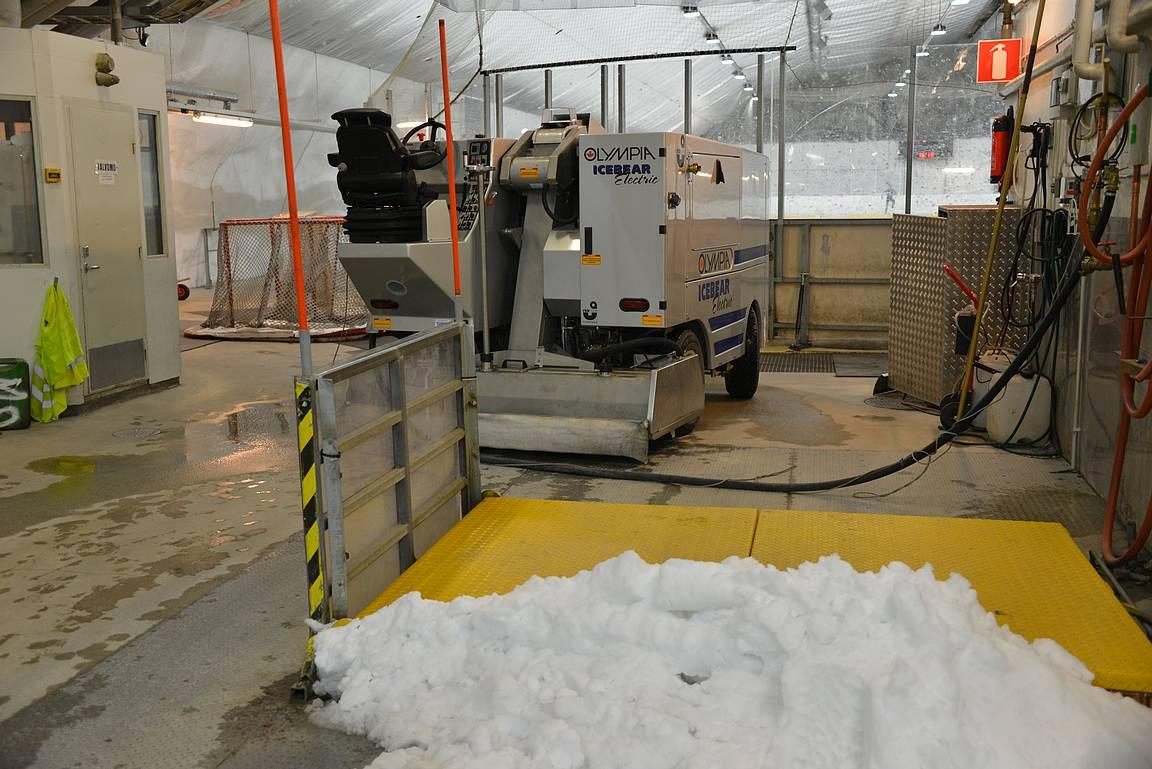 Hervannan laskettelukeskuksen ollessa kiinni toukokuussa, lähimmät lumet löytyvät Hervannan jäähallista.