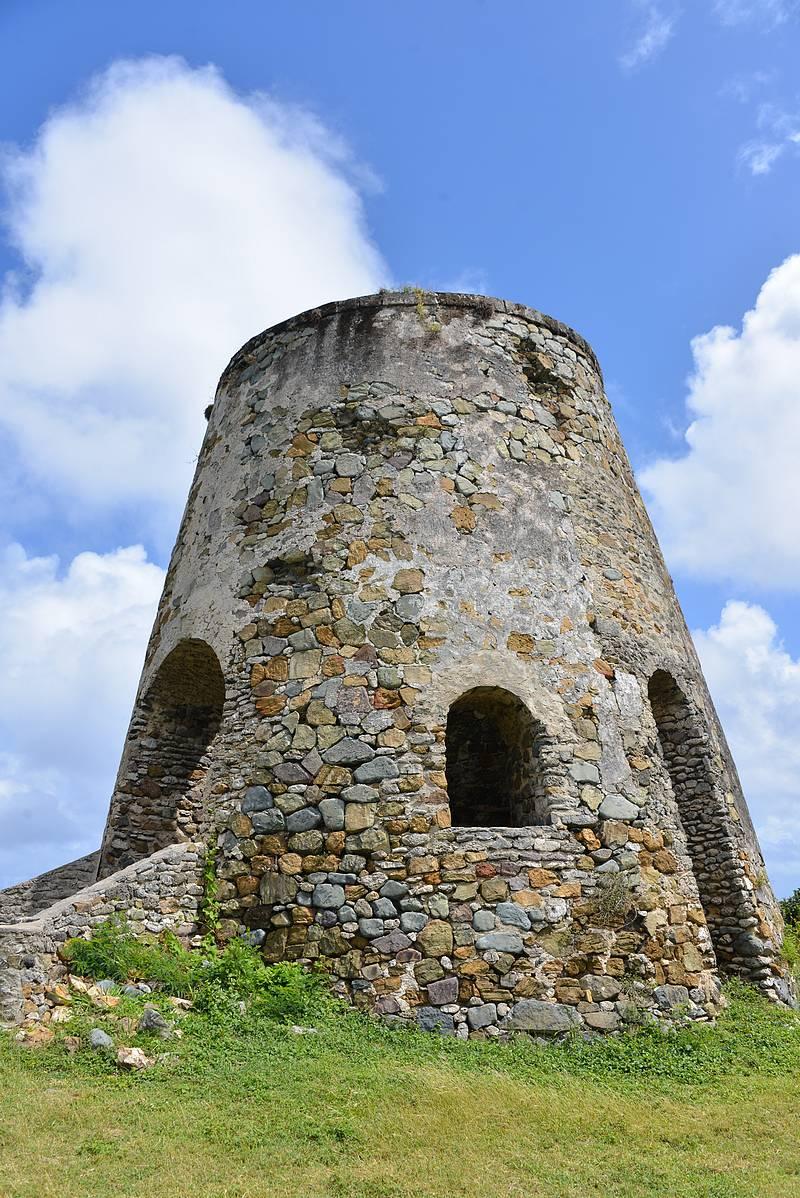 Sokerimyllyjen raunioita löytyy saarelta useita.