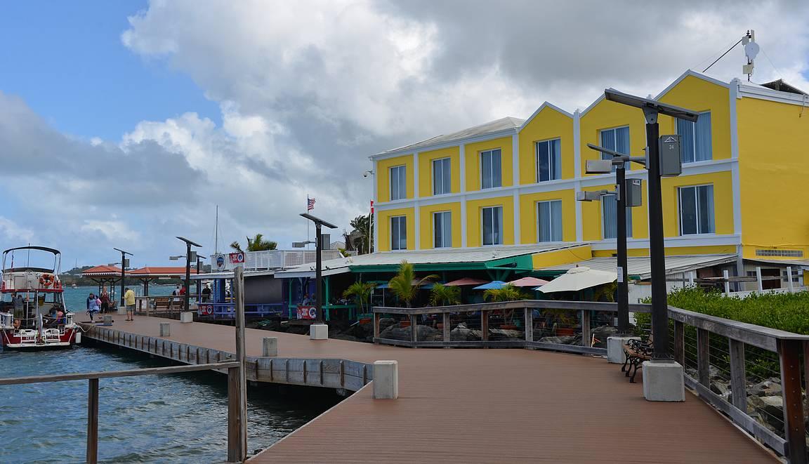 Cristianstedin rantabulevardi on rakennettu laiturirakenteen päälle.