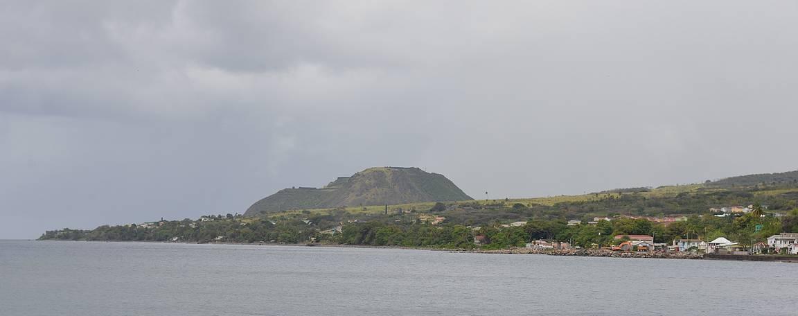 Brimstone Hill Fortress sijaitsee samannimisen kukkulan päällä saaren pohjoisrannikolla.