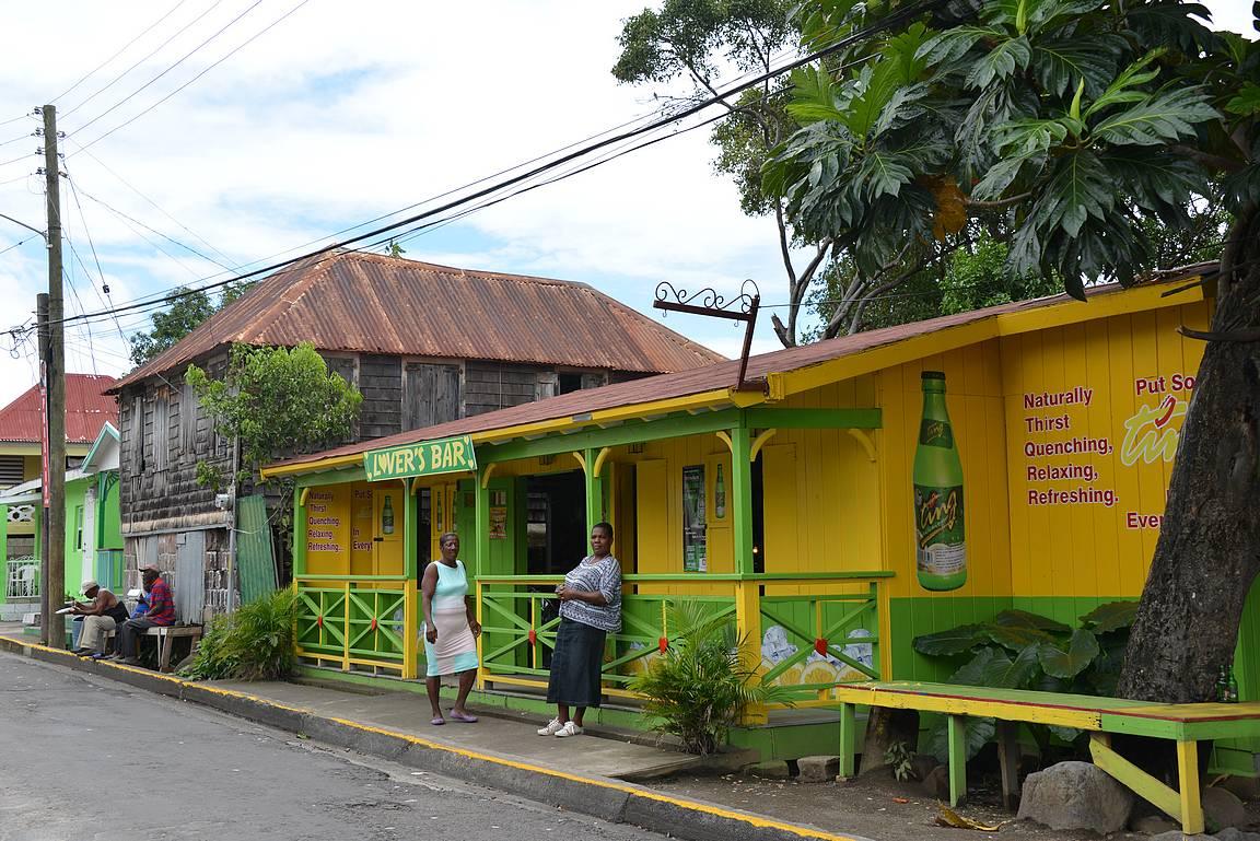 Värikkäät talot ja baarit näyttelivät suurta osaa tienvarsilla.