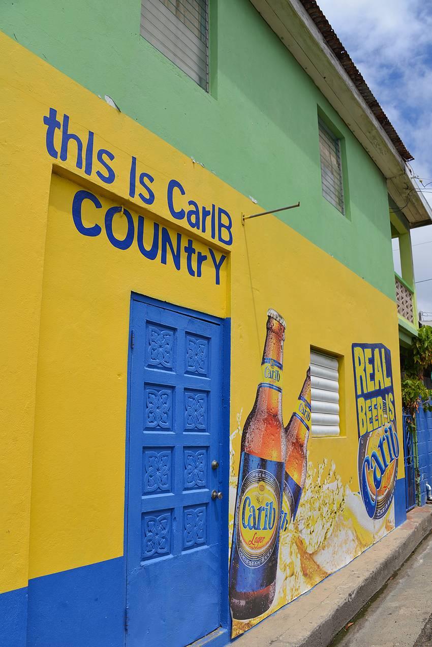 Carib olut oli näkyvästi esillä useammankin kaupan ja baarin seinässä.