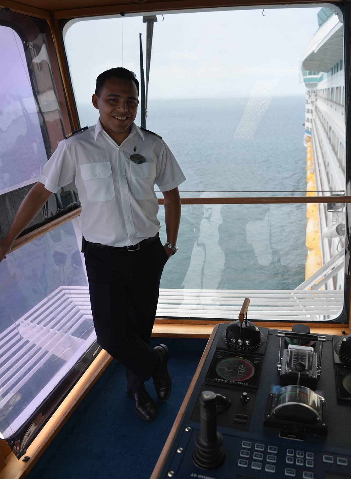 Laiva ohjataan laituriin ja sieltä pois komentosillan sivuista, jotka ovat selvästi yli laivan reunan.