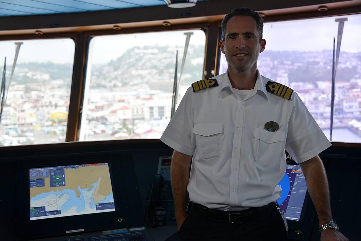 Adventure of the Seas aluksesta vastaa aina kapteeni Tomas Busto, koska Panaman kanava ei kuulu reiteille.