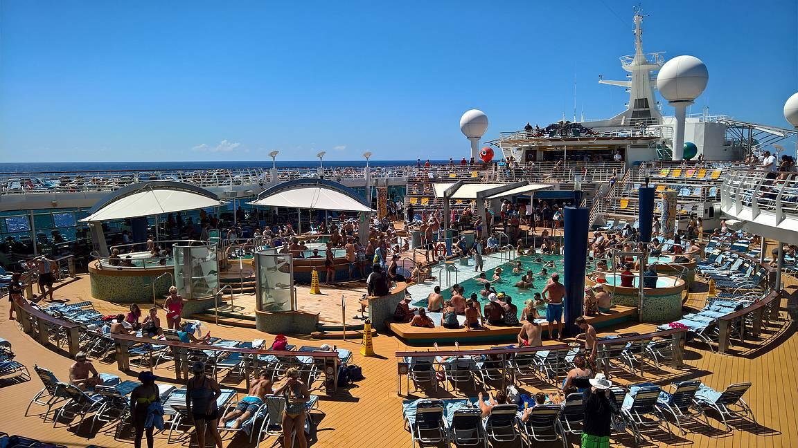 Uima-allasalue on aurinkoisina päivinä laivan paras paikka.