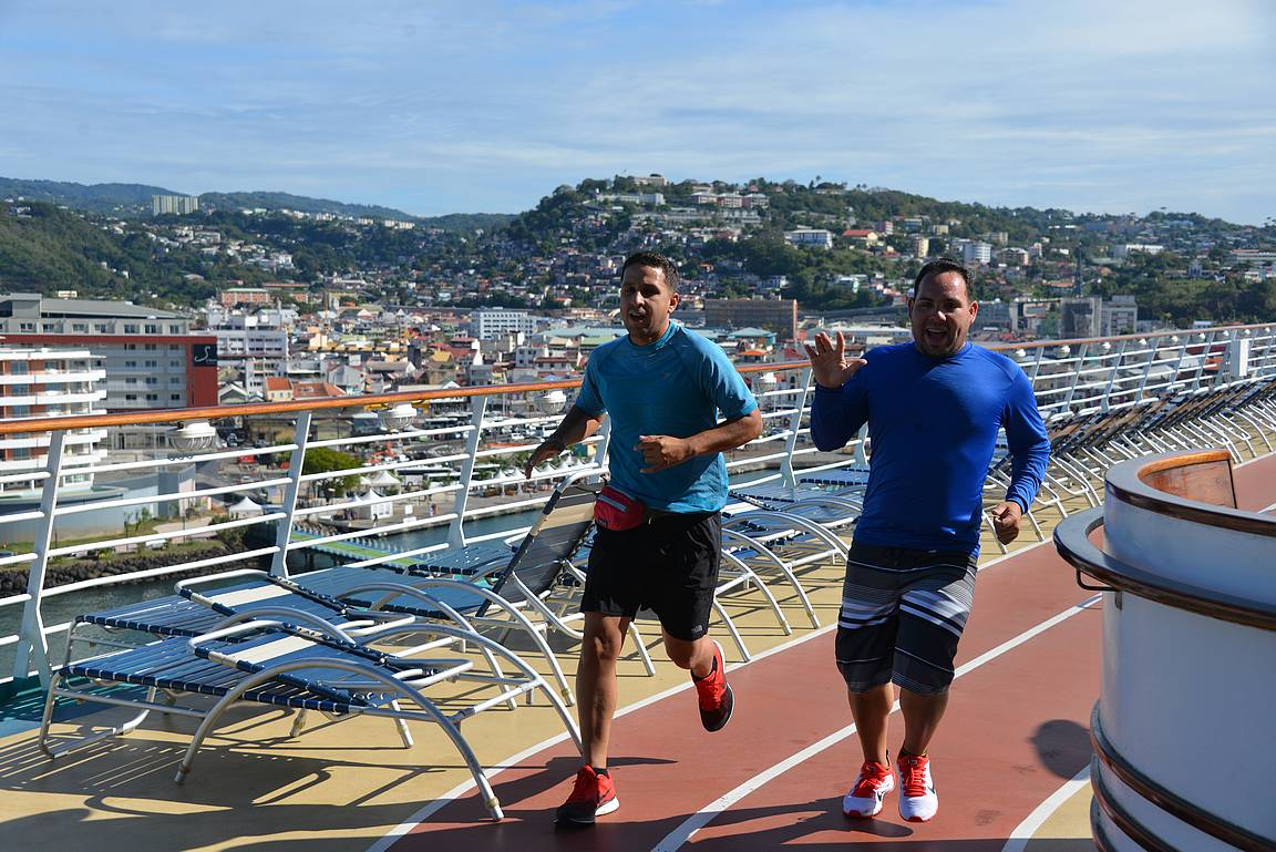 Nämä herrasmiehet nauttivat lenkkeilyn merkeissä Martiniquen maisemista.