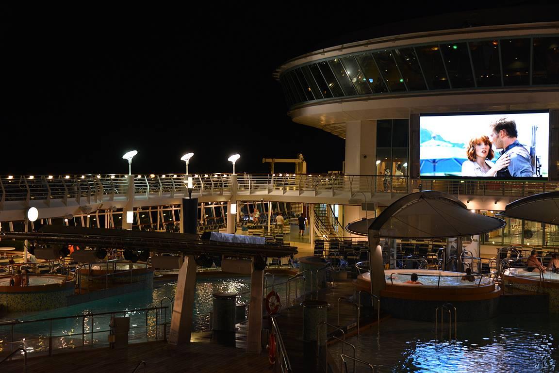 Joka ilta esitettiin elokuvia laivan aurinkokannella.