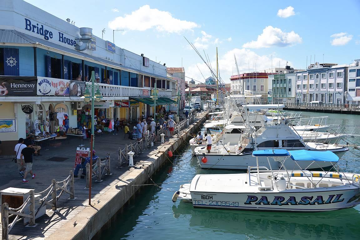 Bridgetownin satama-aluetta.