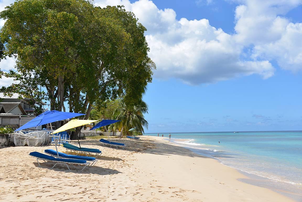 Ympäri saarta on upeita hiekkarantoja.