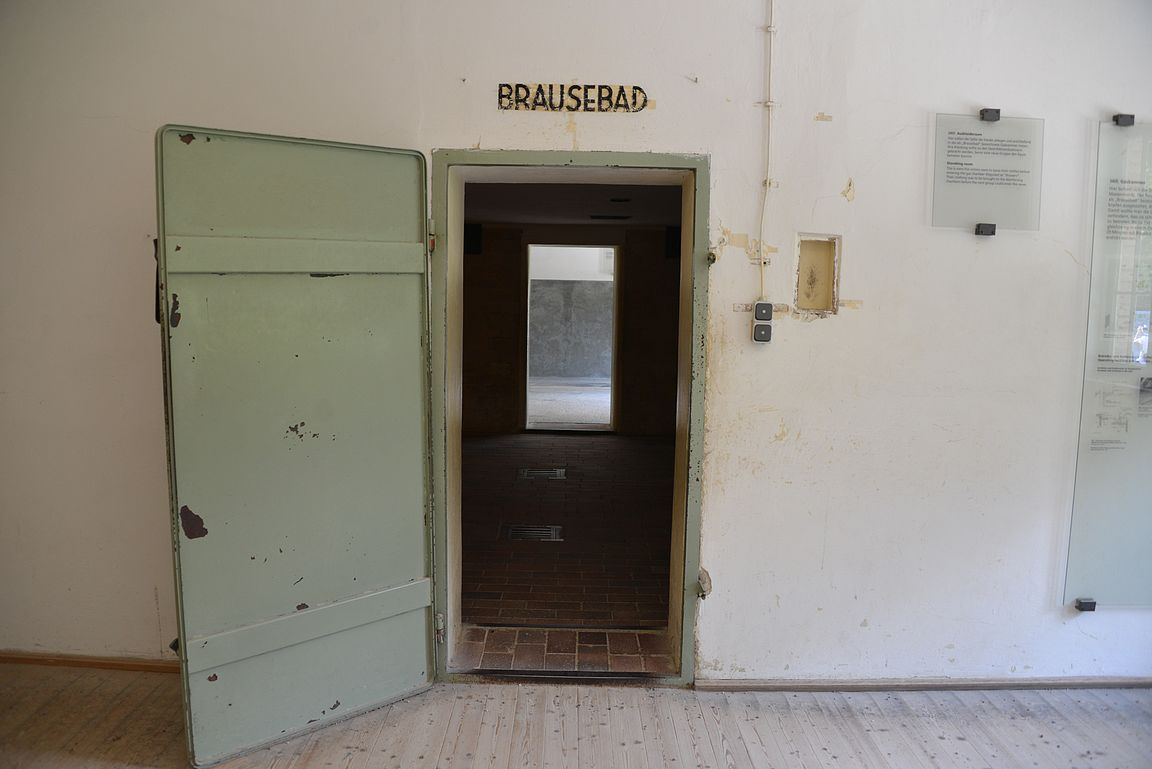 """Brausebad eli """"suihkuhuone"""" johdatti kaasukammioon."""