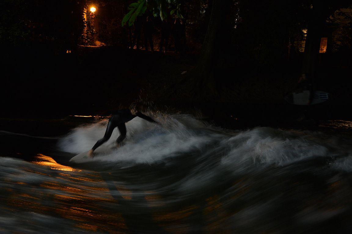 Yöllä oli vähemmän surffaajia, mutta sitäkin innokkaampia.