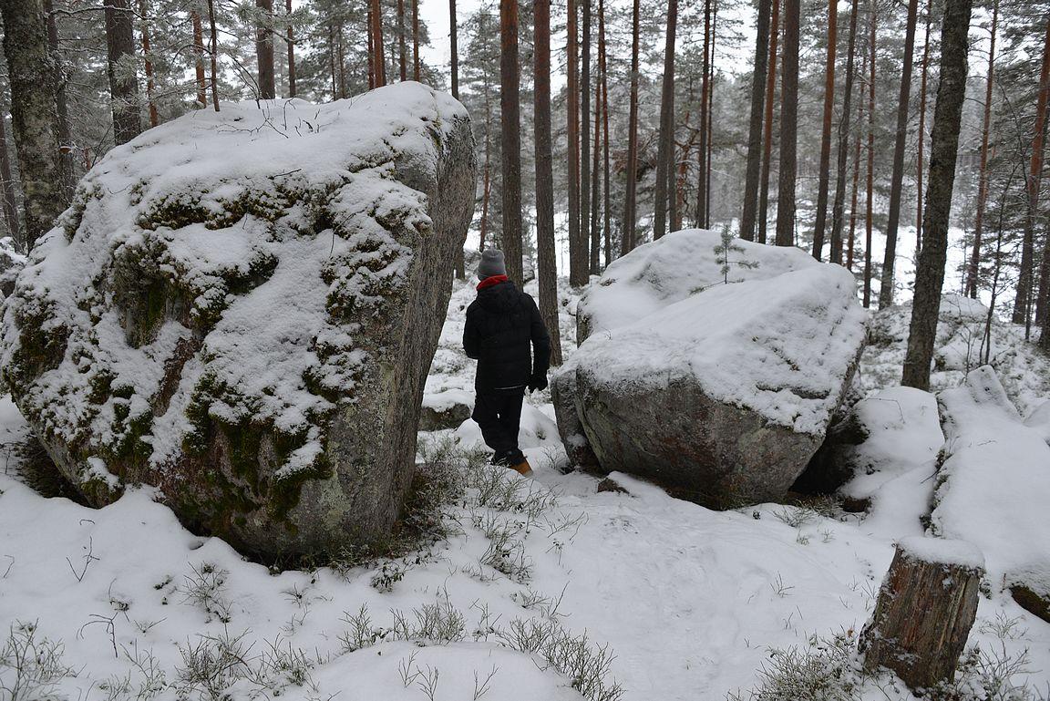 Isoja kivenlohkareita reitillä oli paljon ja välillä pilkotti järvikin puiden siimeksestä.