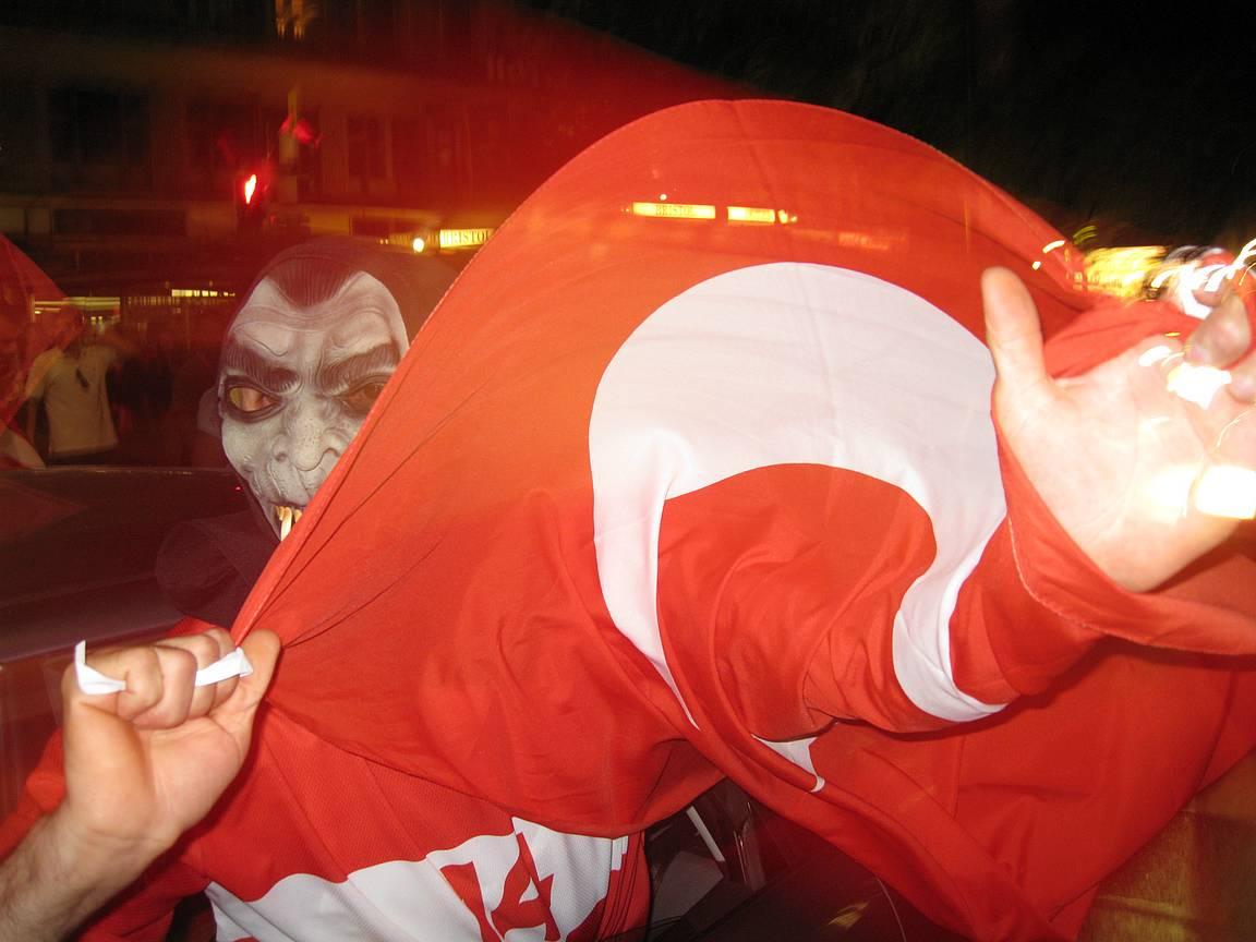 Turkin lippu liehui myöhään yöhön.
