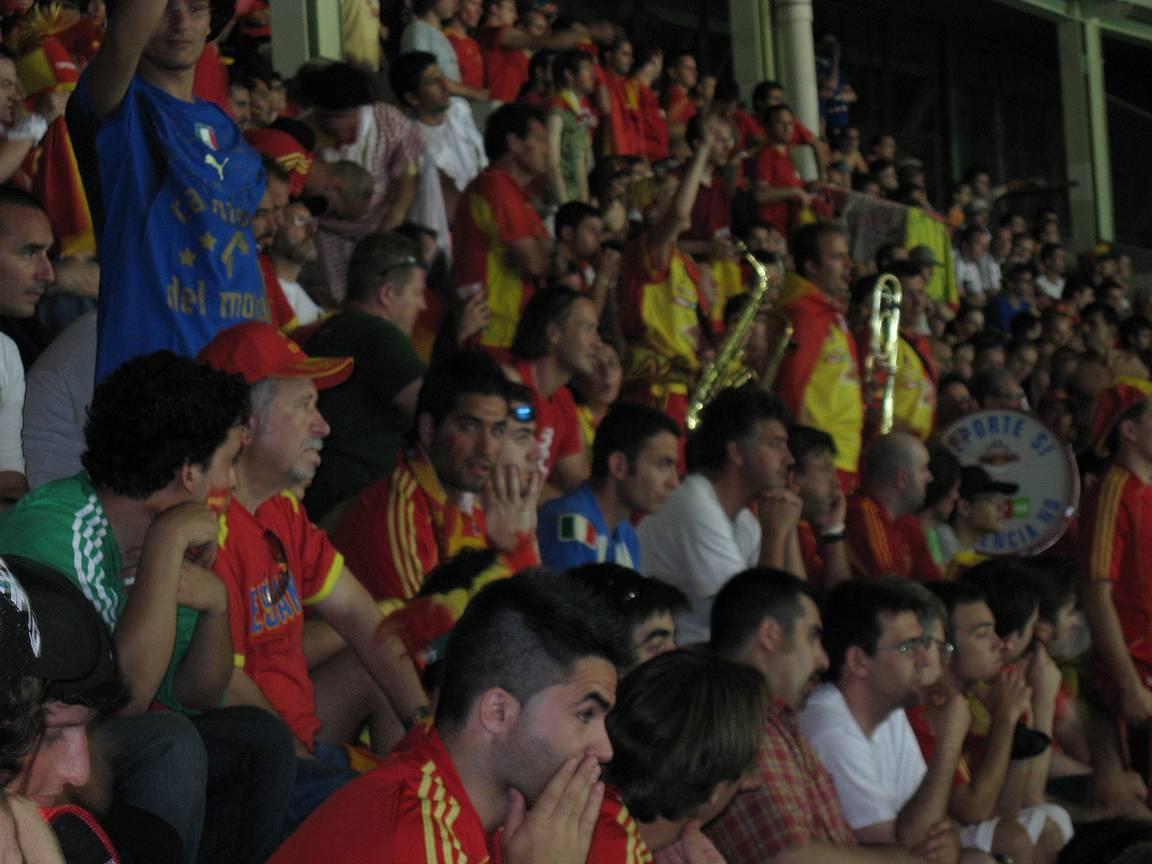 Espanjan faneilla oli perinteisesti orkesteri mukana ja alapuolella Manolo hakkasi rumpuja.