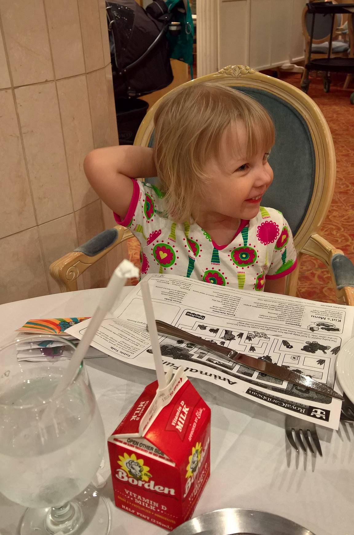Emma tutkii a la cartessa lasten menua, joka toimi samalla värityskirjana. Elmeri nukkuu taustalla jo rattaissa yöuniaan.