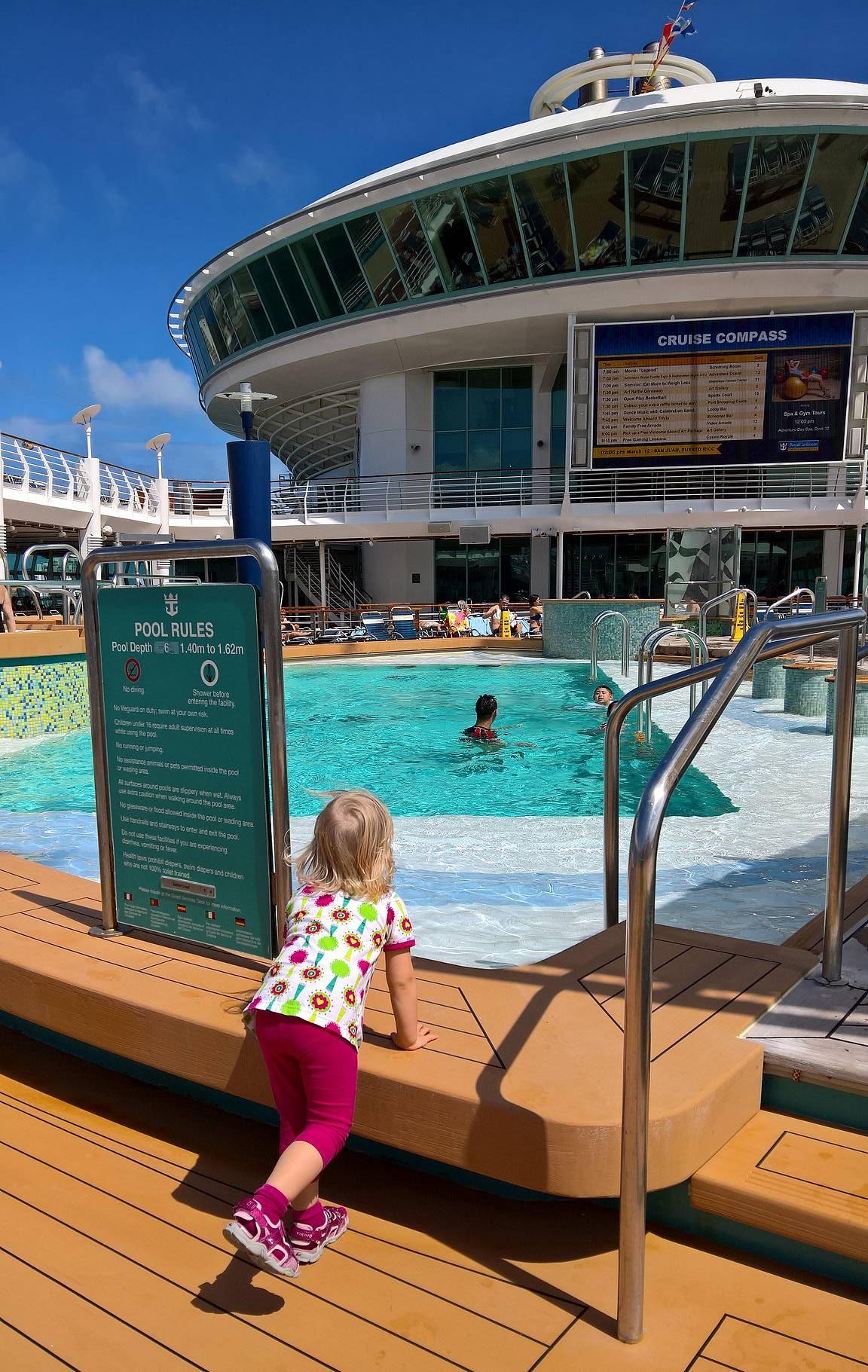 Heti laivalle päästyä uima-allasalue houkutteli Emmaa.