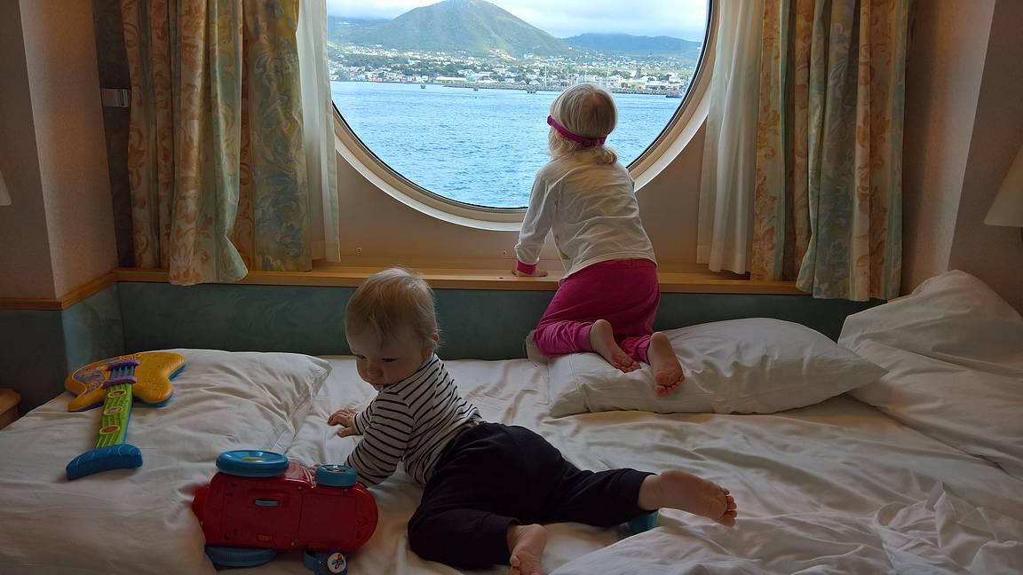 Satamaan tullessa ja lähtiessä oli mukava katsella maisemia leikkien lomassa. Kuvassa näkyvät lelut oli laivan lainaleluja.