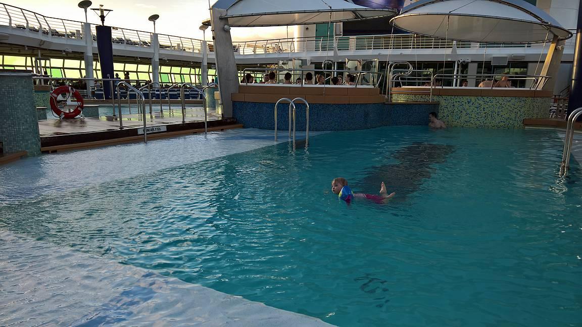 Ilta-auringossa uintia kellukkeilla ensimmäistä kertaa ilman apuja.