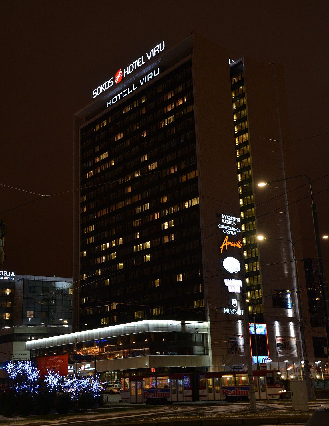 Viru-hotelli on edelleen tänä päivänäkin Tallinnan maamerkki. KGB:n käytössä ollut huone sijaitsee 23. kerroksessa Hotell Viru -kyltin takana.