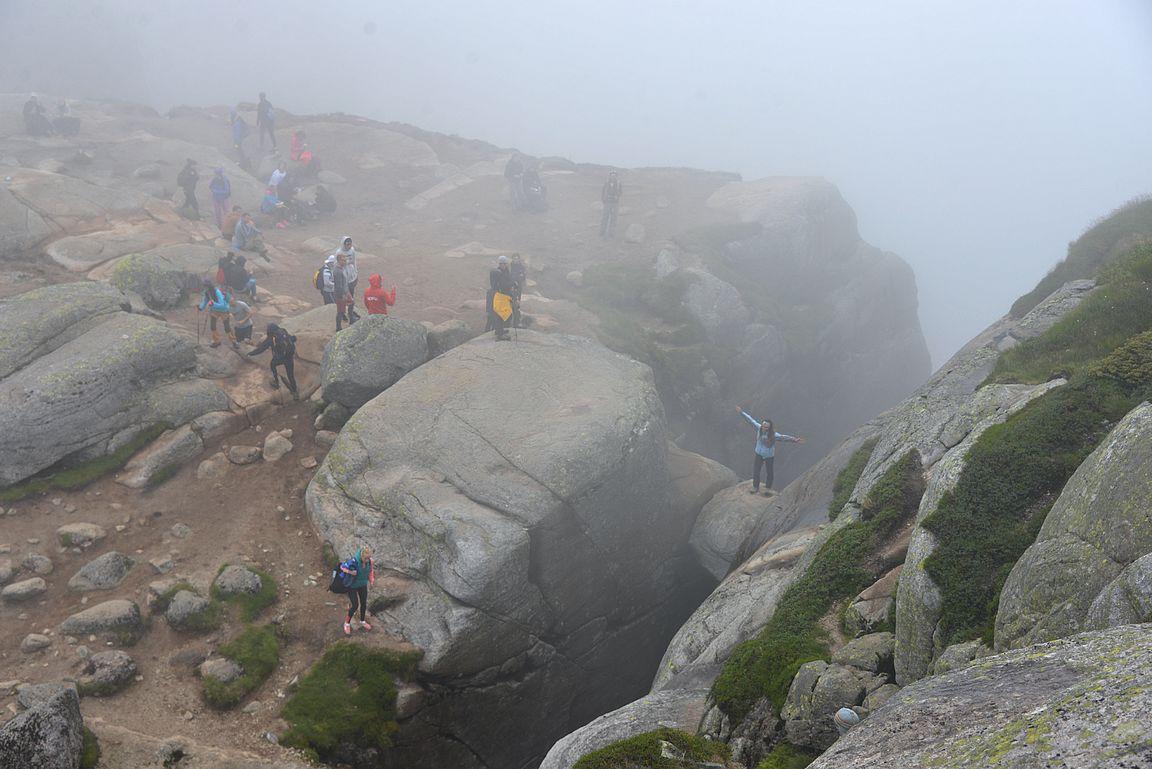 Kjeragbolten saavutettiin sumussa. Tästä vielä tarvitsee mennä hankala reitti alaspäin kivelle.