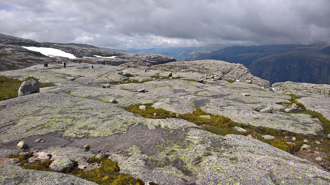 Kolmen nousun jälkeen kävellään Lysebotn-vuonon päällä loppumatka Kjeragille ja Kjeragboltenille.