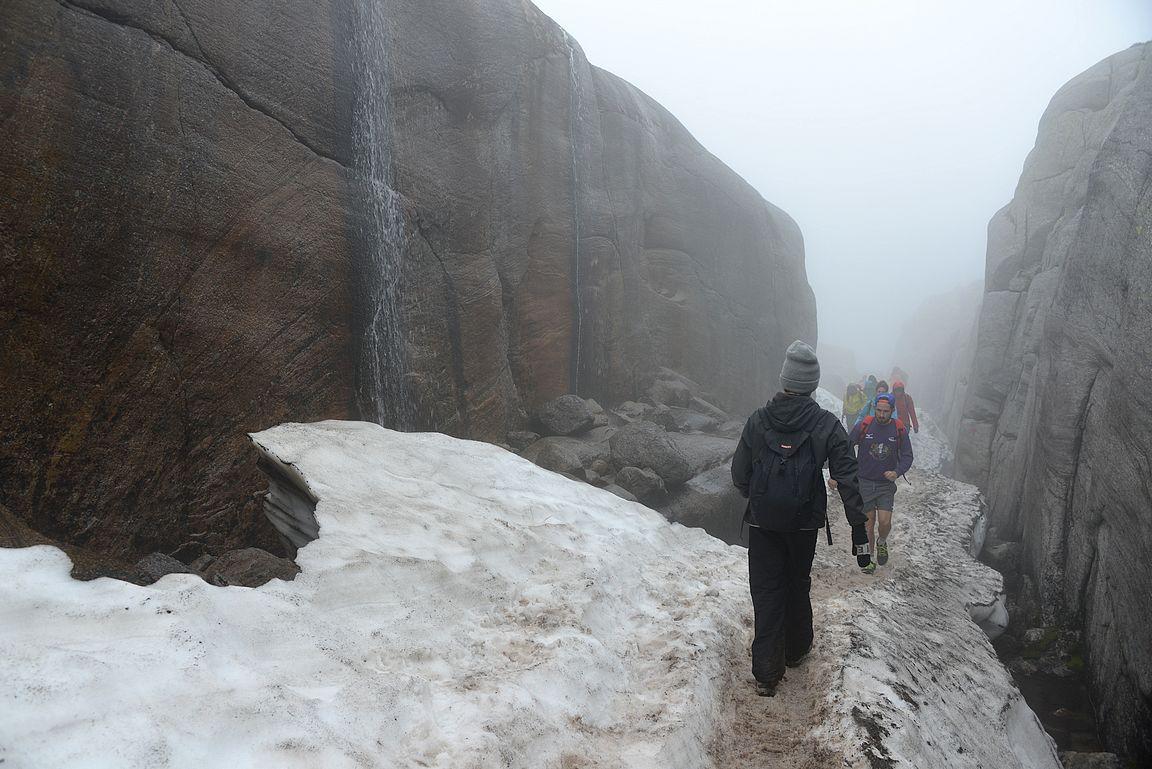 Kjeragboltenille vievässä kanjonissa oli vielä lunta.
