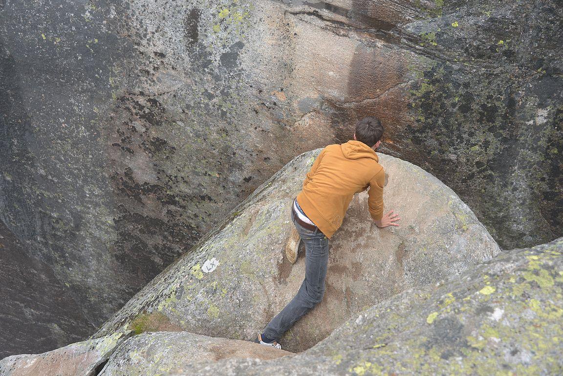 Kjeragboltenin kivi ei ole iso ja pudotusta alaspäin lähes kilometri....