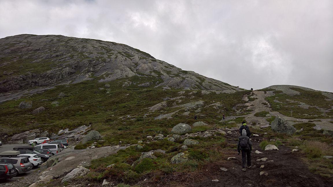 Kukkula nro 1 oli 800 metrin nousu liukkaalla kalliolla.