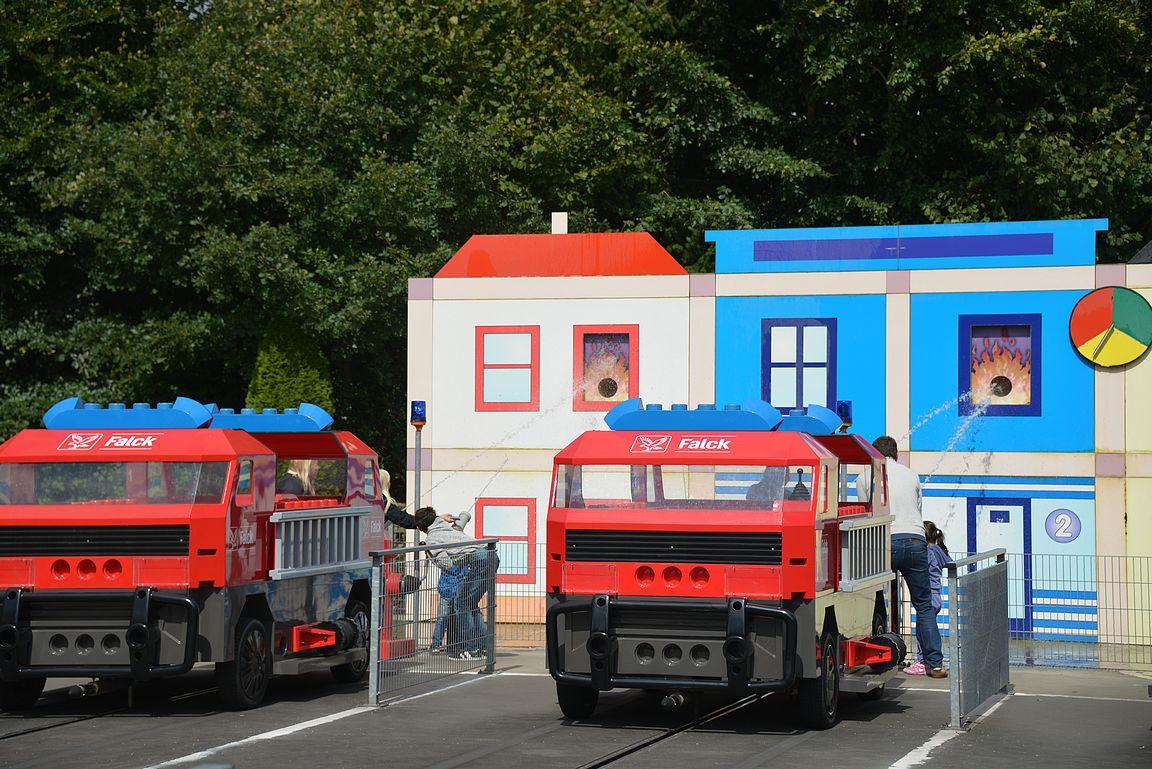 Falck Fire Brigade - omalla paloautolla kilpaillaan muita tiimejä vastaan sammutustyössä.