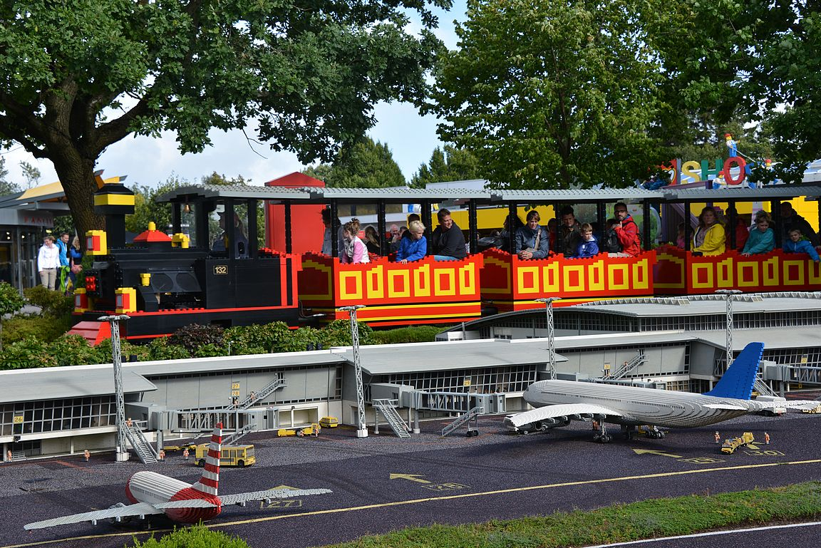 Billundin lentokentältä on viiden minuutin taksimatka Legolandin pääportille. Legolandissa on Billundin kenttä rakennettuna legopalikoista minimaassa.