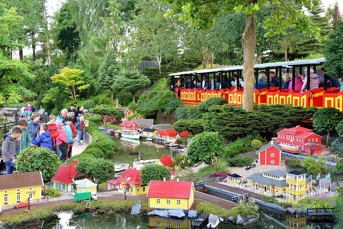 Legolandin minimaahan ja laitteisiin tutustuessa saa helposti kulumaan parikin päivää - varaa siis aikaa Legolandin vierailuun!