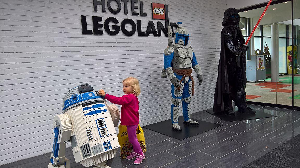 Hotel Legolandissa on paljon erilaisia legohahmoja ympäri hotellia.