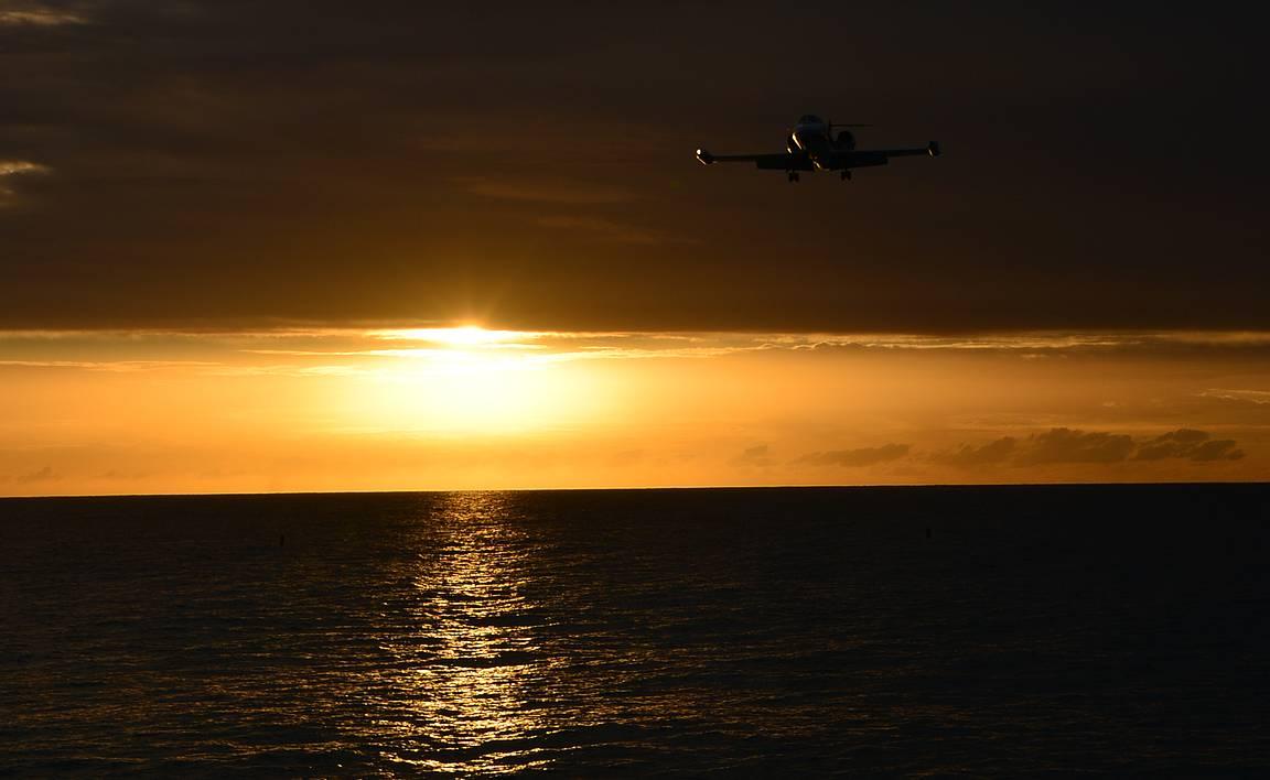 Auringonlaskun katselun voi yhdistää myös lentokoneiden bongailuun.