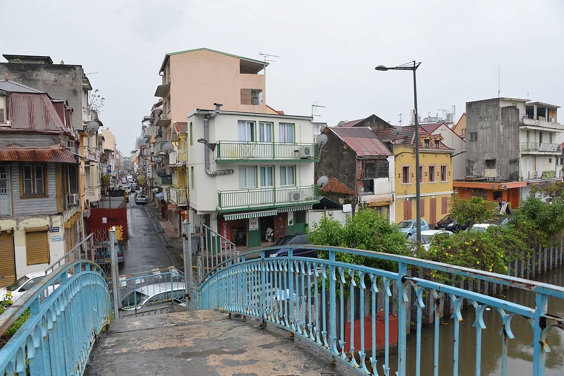 Madame Riverin ylittävä silta ja taustalla Fort-de-Francen keskustan katuja.