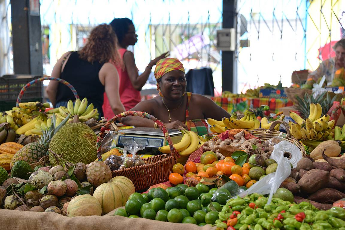 Kauppahallissa oli erinomaiset vihannes- ja maustetiskit.