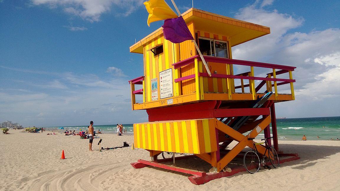 South Beachin tunnusmerkki on uimavalvojien värikkäät rantakopit.