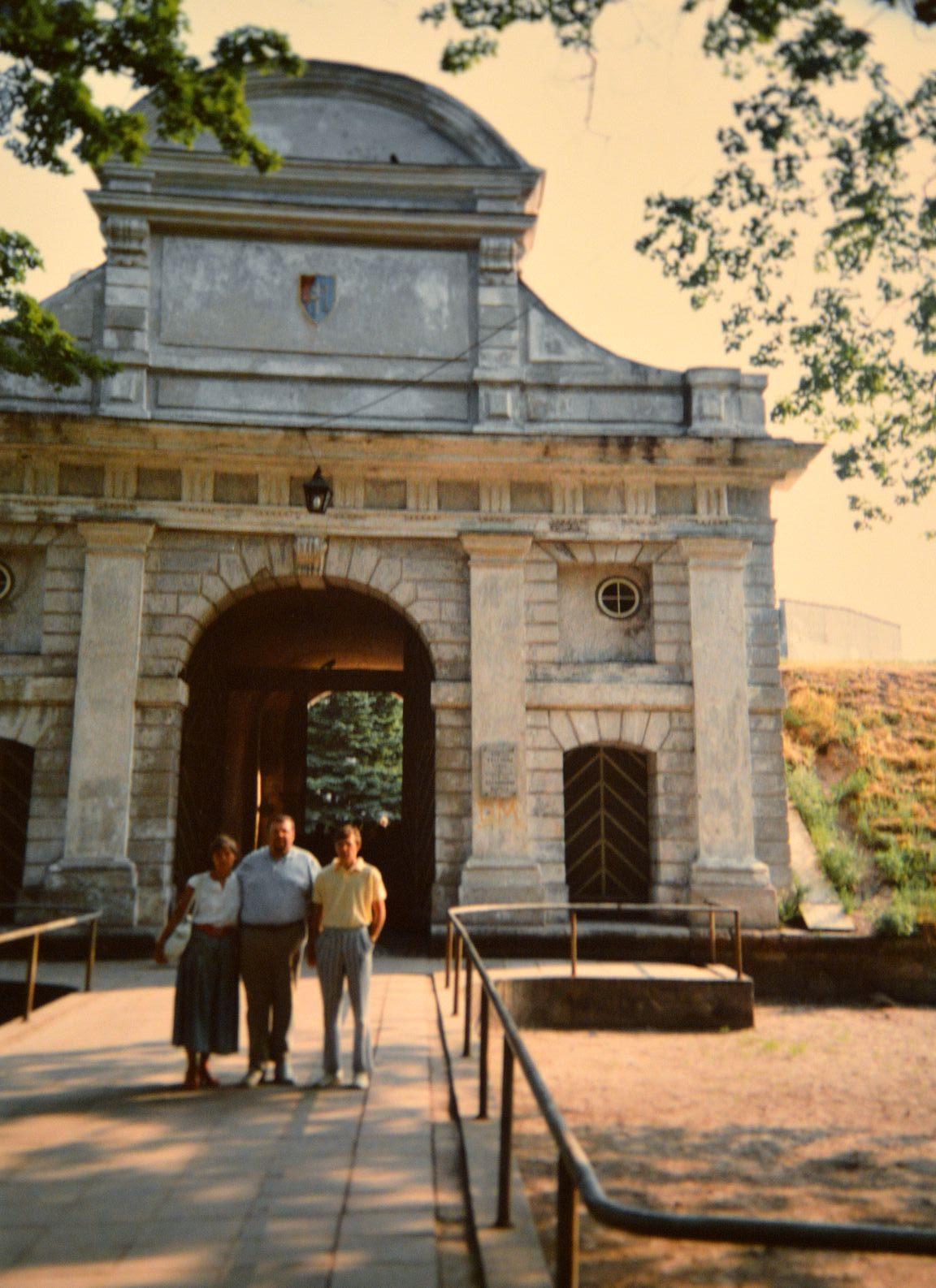 Perhepotretti Tallinnan portilla, joka on ainut Baltiassa säilynyt 1600-luvun valliportti.