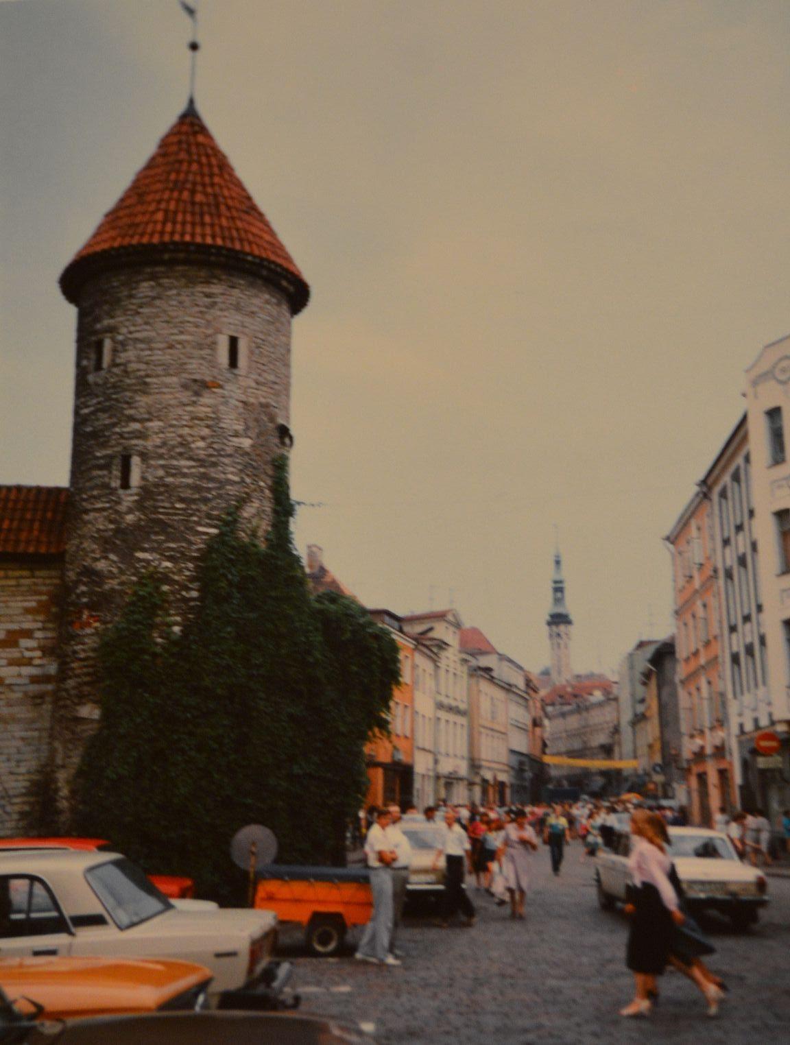Vanhan kaupungin edustalle sai vielä kukkakauppojen eteen parkkeerata Ladat vuonna 1988.