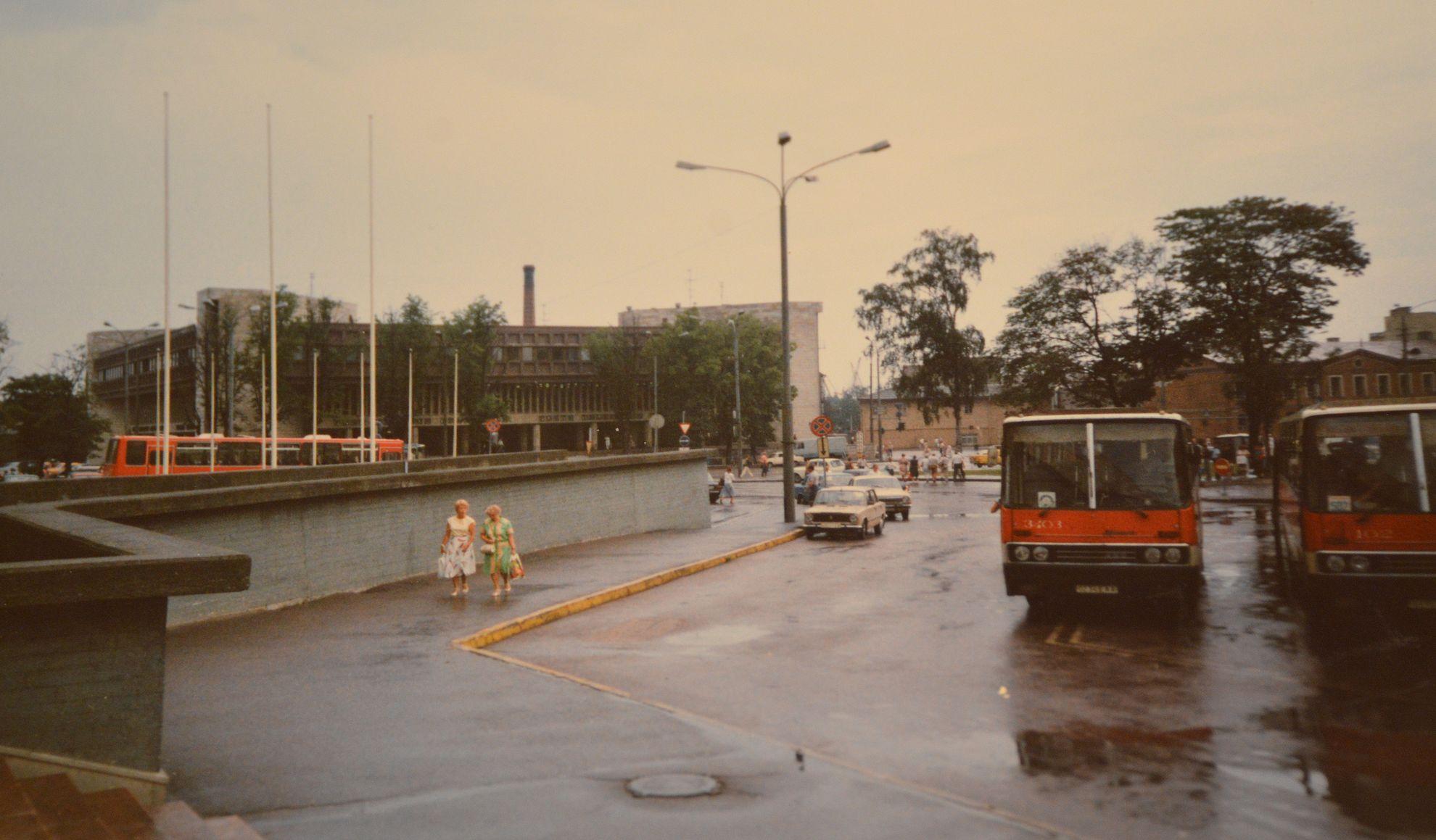 Ensikosketus Tallinnaan Viru-hotellin aukiolla.