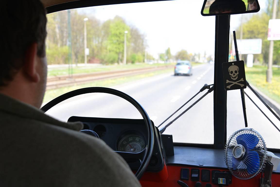 Matkanjohtaja on kiihdyttänyt NYSA 522 -menopelin täyteen vauhtiin - 50 kilometriä on mittarissa ja ilmastointi löytyy.