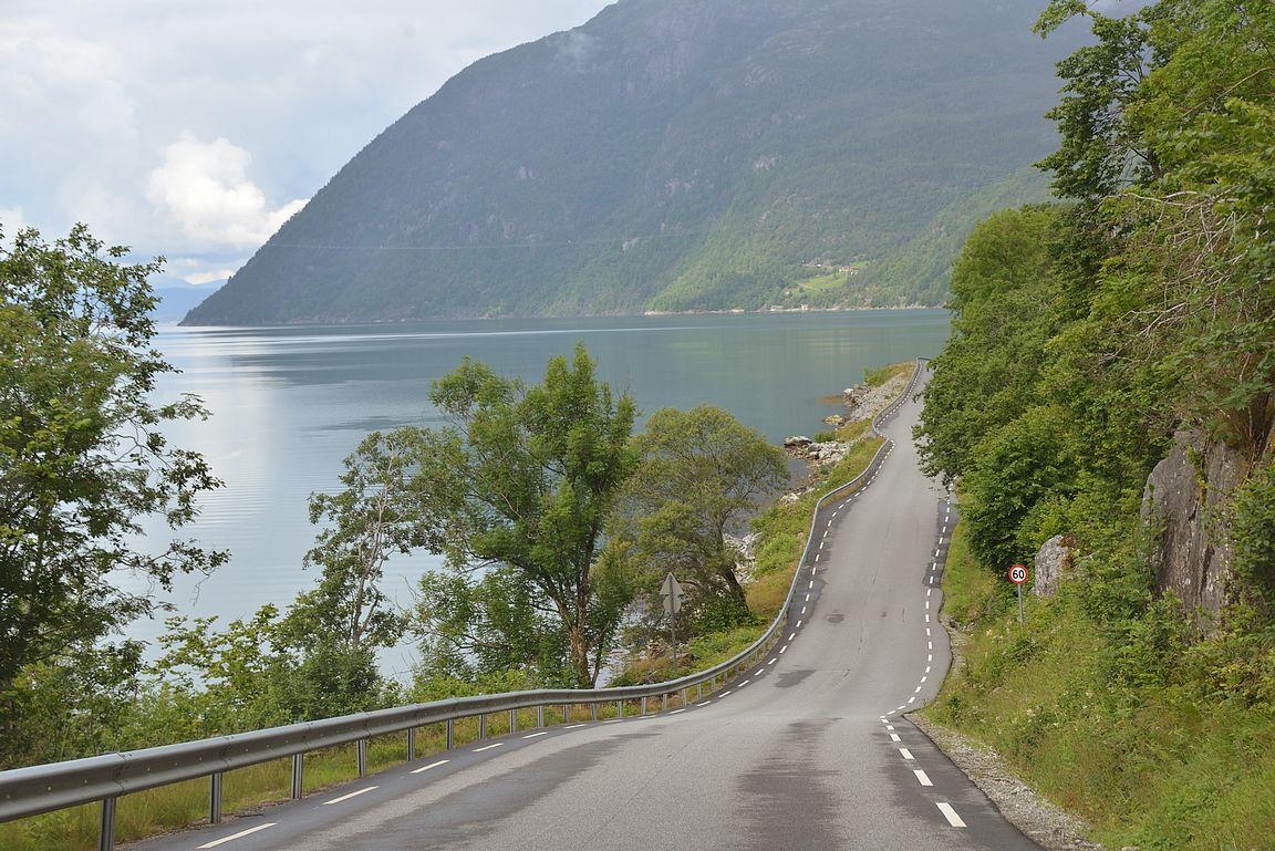 Monilla tienpätkillä on vain yksi kaista molempiin suuntiin liikkuville. Autoilu Norjassa voittaa Playstationin autopelit mennen tullen!