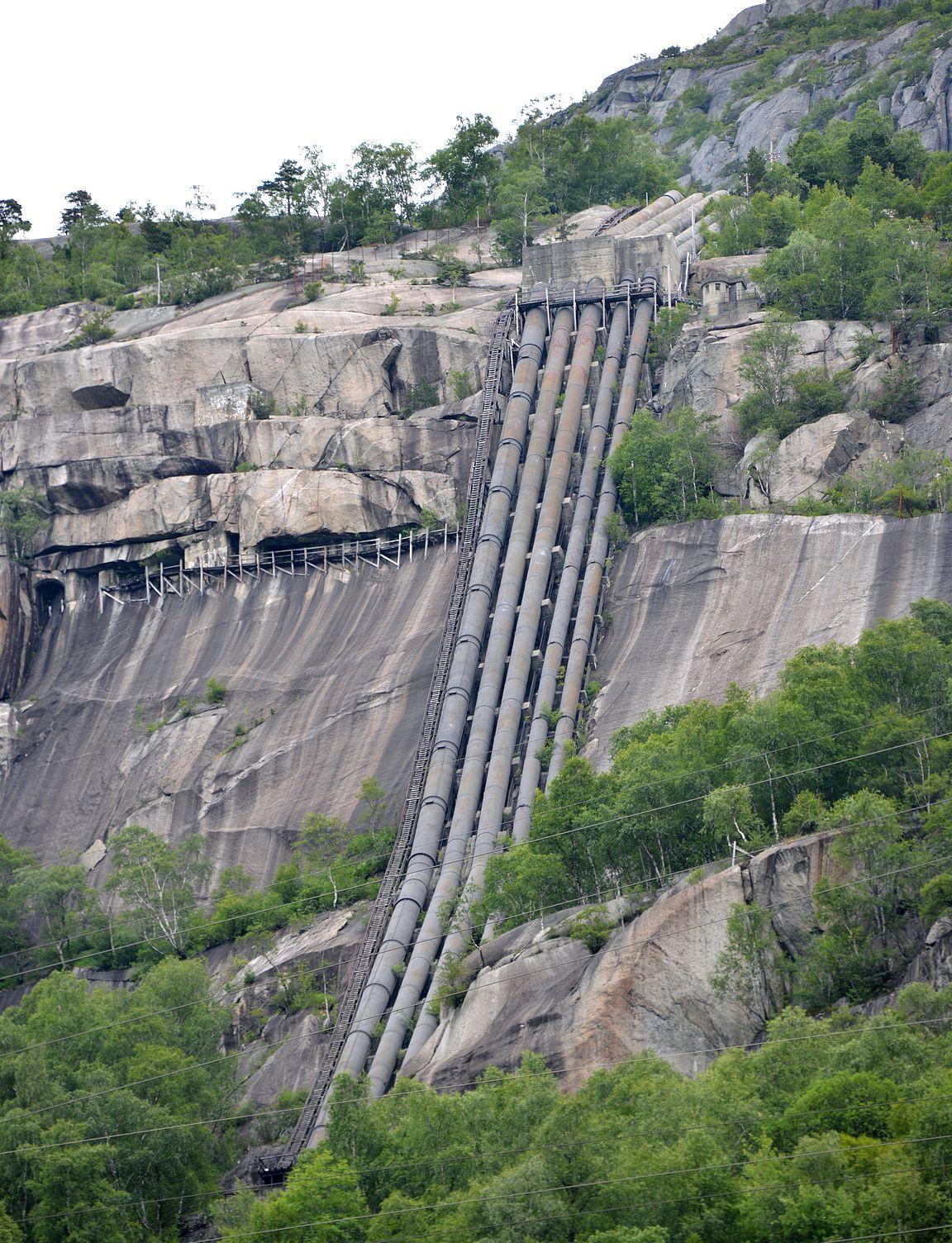 Vesiputkia on rakennettu kolmessa osassa eri aikakausina. Vasemmanpuoleinen putki oli aikoinaan maailman suurin. Via Ferreta -retkellä pääsee aktiiviurheilun makuun kävelemään vesiputkilinjoja rakentaneiden mestareiden jalanjäljille. Ei suositella korkeanpaikankammoisille!