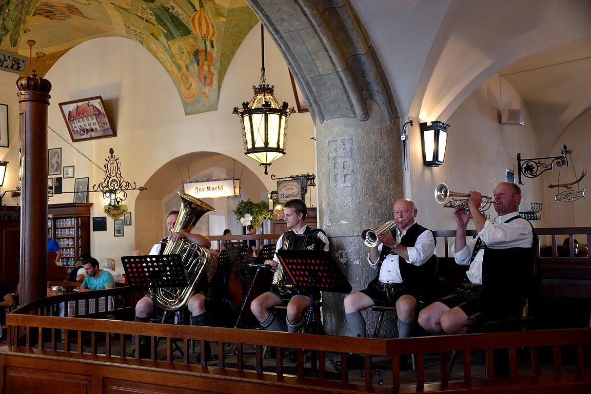 Höfbräuhausin soittajilla perinteiset lederhosenit jalassa.