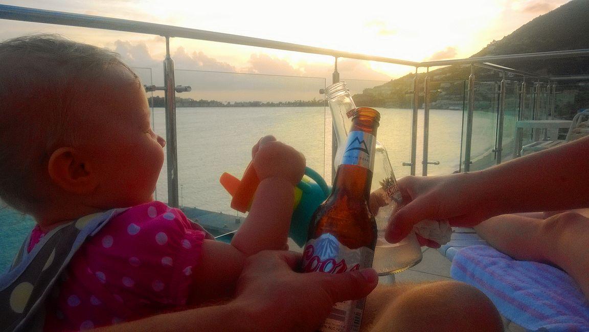 Sea Palacen parvekkeella oli kiva ottaa aurinkoa ja katsella auringonlaskuja Grand Bayn edustalla.