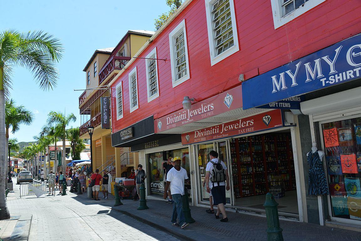 Front Street tarjoaa kauppoja molemmin puolin koko matkalta.