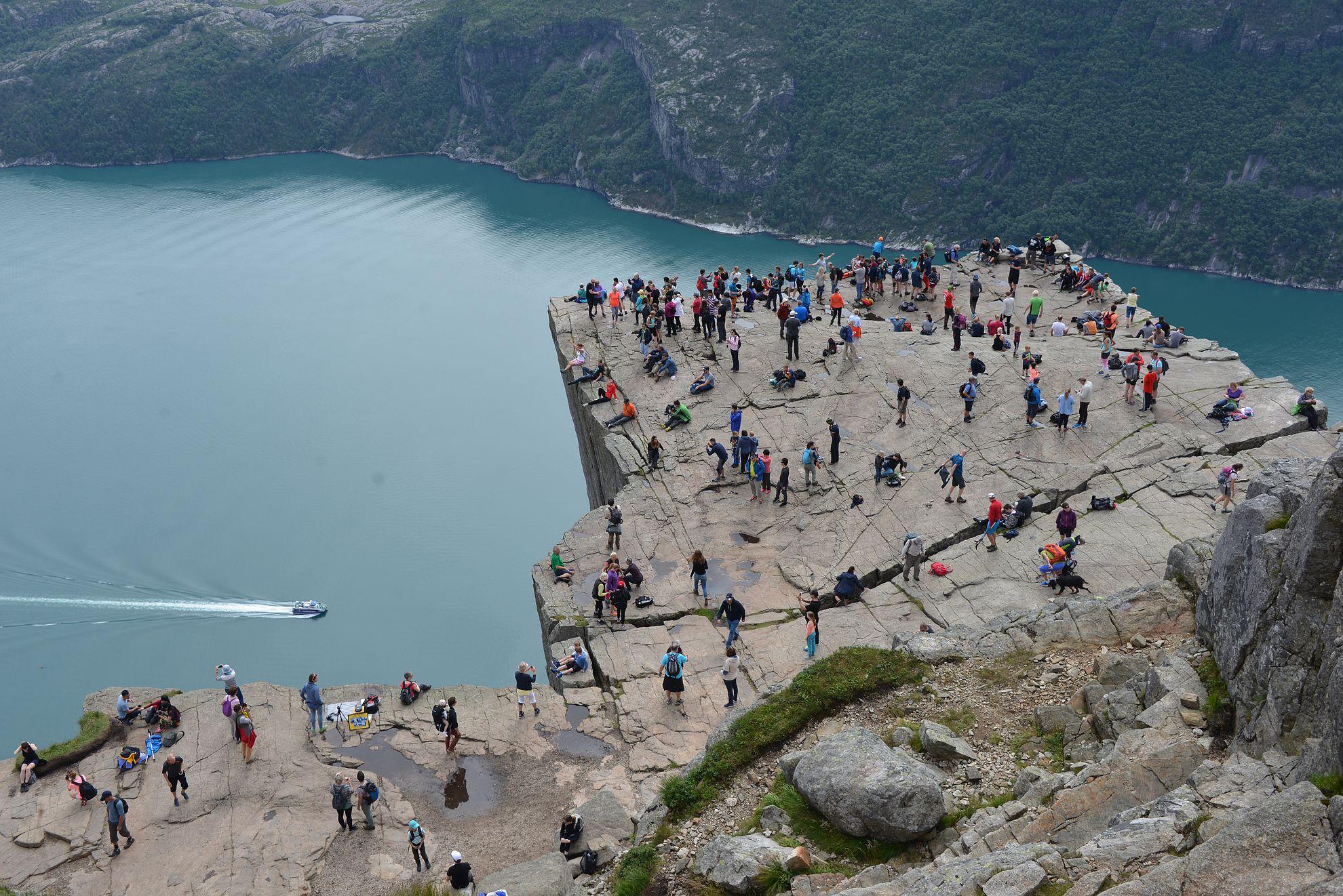 Preikestolen - 25 x 25 metrin lohkare, joka on Norjan suosituin luontonähtävyys.