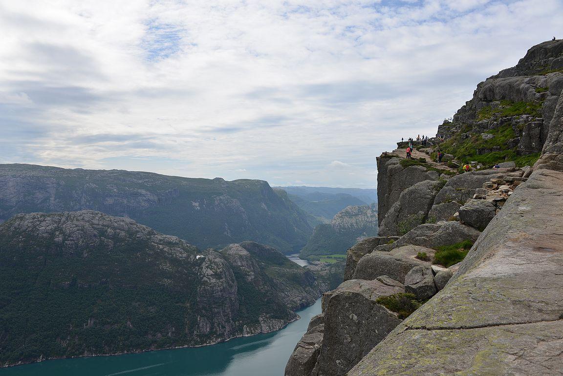 Viimeiset sadat metrin käveltiin Lysebotn-vuonon reunalla.