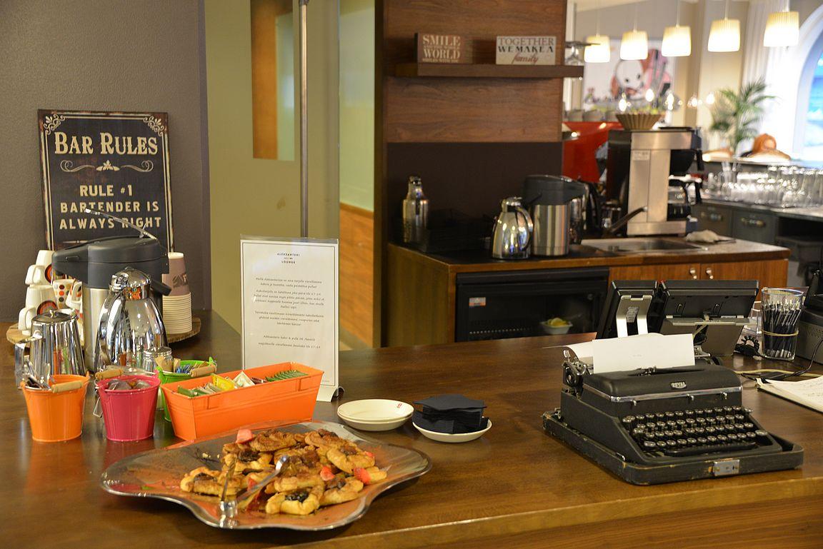 Kello viiden pullakahvit ovat valmiina hotellivieraille Aleksanteri Loungessa.