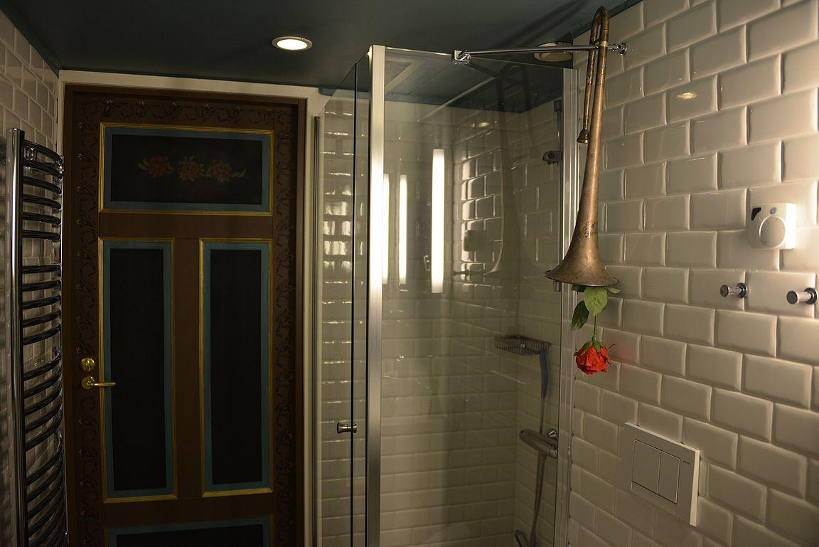 Todennäköisesti ainut kylpyhuonekuva, joka julkaistaan ikinä Kohteena maailma -blogissa. Btw, kylpyhuoneesta löytyy myös kylpyamme.